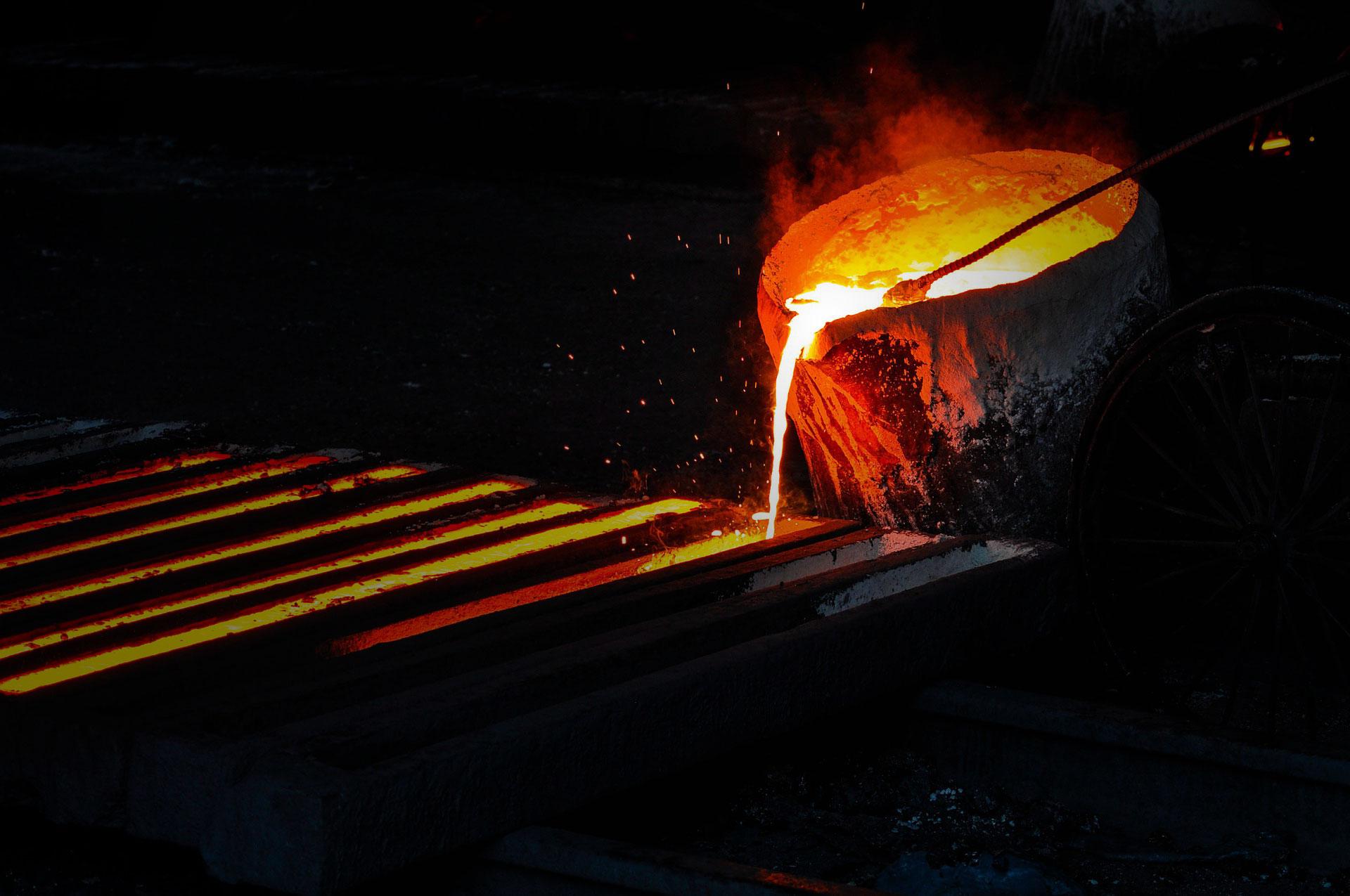 Roztavený kov vlévaný do formy